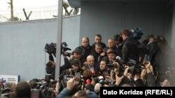 Выйдя из тюрьмы Вано Мерабишвили оказался в кольце журналистов