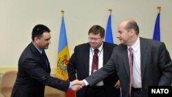 Vitalie Marinuță, Robert F. Simmons Jr., Sorin Ducaru în 2010 la semnarea proiectului Nato de distrugere a substanțelor chimice primejdioase din Moldova