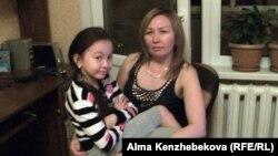 Жәмила Қошқарова қызы Кәмиланы құшақтап отыр. Алматы, 20 маусым 2013 жыл.