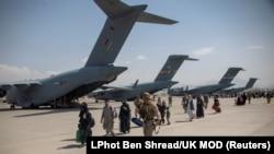 له افغانستانه د وتلو په حال کې یو شمېر افغانان