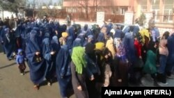 شماری از زنان در ولایت تخار به حمایت کاندیدان معترض انتخابات ولسی جرگه خیمۀ تحص برپا کردند