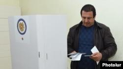 Armenia - Gagik Tsarukian, the leader of Tsarukian Bloc, casts his vote at the parliamentary election, Arinj village, 02Apr,2017