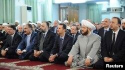 Президент Сирии Башар Асад (третий справа в первом ряду) на молитве в мечети в честь праздника Ид аль-Фитр. Дамаск, 8 августа 2013 года.