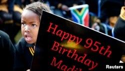 Fëmijët në Afrikën e Jugut shënojnë ditëlindjen e 95-të të Nelson Mandelas.