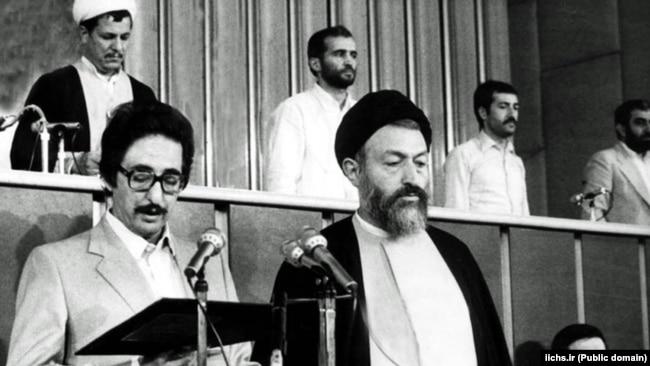 به هنگام مراسم تحلیف در کنار آیتالله بهشتی رئیس وقت شورای عالی قضایی