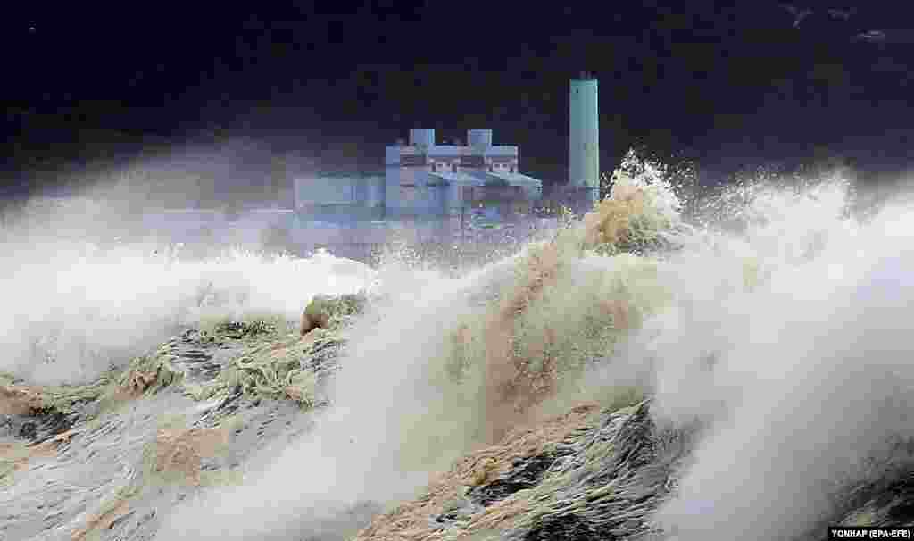 High waves batter the coast of South Korea's Jeju Island as the powerful Typhoon Soulik gradually approaches the Korean Peninsula on August 22. (epa-EFE/Yonhap)