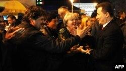 Predsednik VMRO DPMNE Nikola Gruevski sa pristalicama slavi pobedu na lokalnim izborima