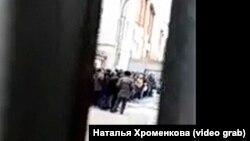 Задержанные мигранты во дворе отдела полиции в Иркутске