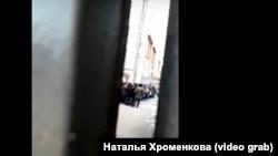 Задержанные мигранты во дворе отдела полиции в Иркутске.