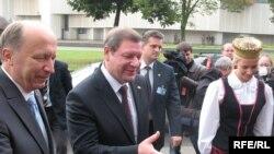 Андрус Кубілюс (зьлева) і Сяргей Сідорскі на адкрыцьці форуму.
