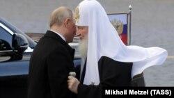 Патріарх РПЦ Кирило (п), якого у своїх релігійних відправленнях згадують священики УПЦ (МП)