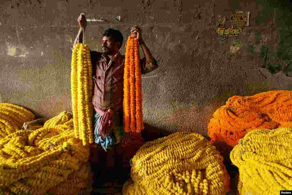 Индийские рынки – одни из самых красочных в мире. Там торгуют яркими цветами. Бархатцами украшают дома или используют в религиозных ритуалах.  На фото - рынок восточно-индийского города Калькутта. Цветы на нем продают жители близлежащих деревень. Чтобы попасть на этот рынок продавцам приходится проходить до 80 километров в день