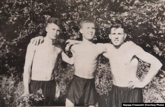 Эдуард Сташкевіч (у цэнтры) з паваеннымі сябрамі