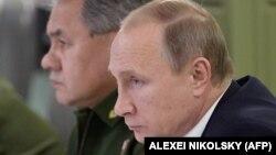 Володимир Путін (попереду) і Сергій Шойгу