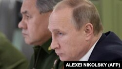 ولادیمیر پوتین، در کنار وزیر دفاعش سرگئی شوئیگو