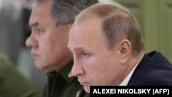Президент России Владимир Путин (на переднем плане) и министр обороны России Сергей Шойгу.