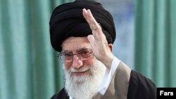 به گفته رویترز دولتهایی که در دوران رهبری آقای خامنهای روی کار آمدند٬ مصادره اموال را قانونی کرده و کنترل آن را به دست «ستاد» سپردند.