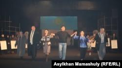 Артисты театра, задействованные в постановке «Желтоксан жели», выходят к зрителям после спектакля. Алматы, 9 декабря 2015 года.