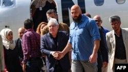 BMG-niň Ýemen boýunça ýörite wekili Martin Griffiths (ortada) Sanaanyň halkara aeroportunda.