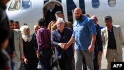 Martin Griffiths (C), the UN special envoy for Yemen, walks away from his plane upon his arrival at Sanaa international airport on November 21, 2018. (Photo by MOHAMMED HUWAIS / AFP)