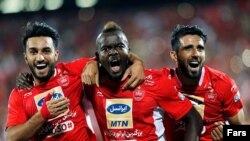 منشا (وسط) مهاجم نیجریهای گل دوم پرسپولیس را به ثمر رساند.