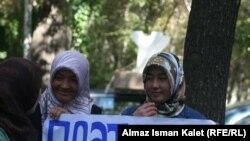 Акция в поддержку ношения хиджаба у министерства образования и науки, Бишкек, 19 сентября 2011.