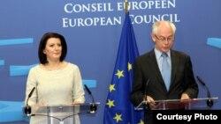 Претседателката на Косово Атифете Јахјага и претседателот на Европскиот совет Херман ван Румпуј денеска во Брисел.