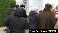 Покупатели в аптеке в Алматы. 31 января 2020 года.