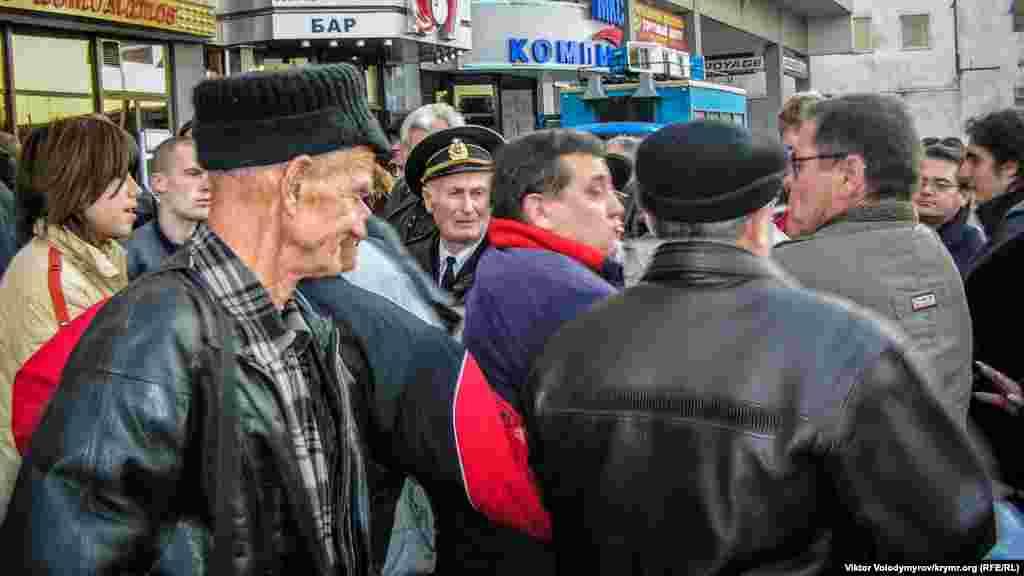 Нередко конфликты перерастали в стычки. А во время выступлений крымских чиновников митингующие кричали, заглушая голоса сиренами и криками: «Позор властям», «Фашизм не пройдет», «Долой оранжевую власть»