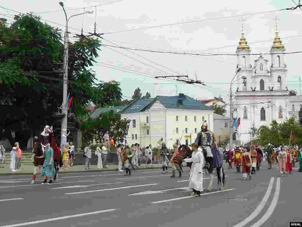 26 чэрвеня - Па Віцебску ў Дзень горада ехалі побач княгіня Вольга і князь Альгерд.