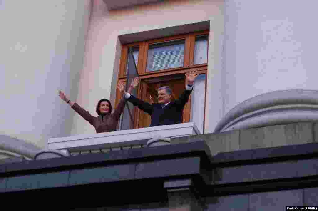 Но практически сразу появился на балконе здания со своей супругой, чтобы еще раз поприветствовать собравшихся.