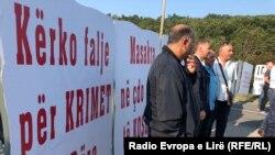 """""""Kërko falje për krimet e bëra"""", shkruhet në njërën pankartë të vendosur nga qytetarët në Skenderaj."""