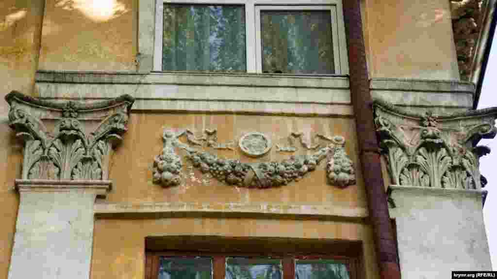 Стара ліпнина на її фасаді