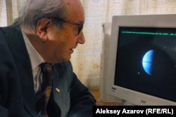 Профессор Виктор Тейфель за монитором рабочего компьютера. Алматы, 16 апреля 2015 года.