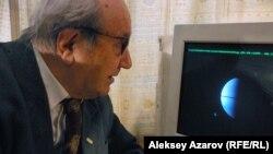 Профессор Виктор Тейфель жұмыс компьютері алдында отыр. Алматы, 16 сәуір 2015 жыл.