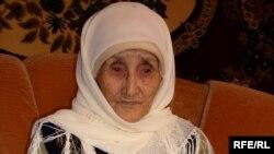 Шарапхана ауылының 112 жастағы ең қарт тұрғыны Ұлбала Ақбайқызы. Оңтүстік Қазақстан облысы, Қазығұрт ауданы. 20 наурыз 2010 жыл.