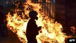 Baricadă în flăcări, ridicată de fidelii fostului președinte Evo Morales, Cochabamba, 18 noiembrie 2019