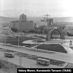 Бишкек (ал кездеги Фрунзе) шаарындагы Жеңиш аянты. 1-апрель, 1987-жыл.