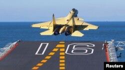 """Китайский палубный истребитель """"Шэньян J-15"""", взлетающий с китайского авианосца """"Ляонин"""""""