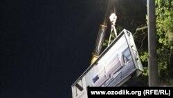 Рабочие убирают рекламные баннеры с улиц Ташкента.