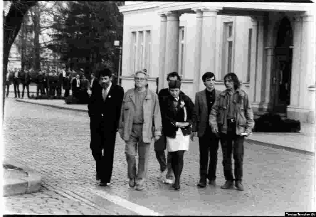 """Шестима души внасят петицията на """"Екогласност"""" в парламента. Отляво на дясно: Петър Берон, Никола Ковачев, Димитрина Петрова, Цветан Пенчев (зад Петрова), Александър Каракачанов, Петър Слабаков."""