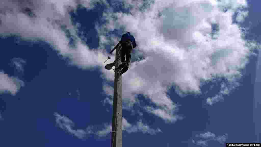 Катуу шамалдан шаардагы электр чубалгылары иштен чыккан.