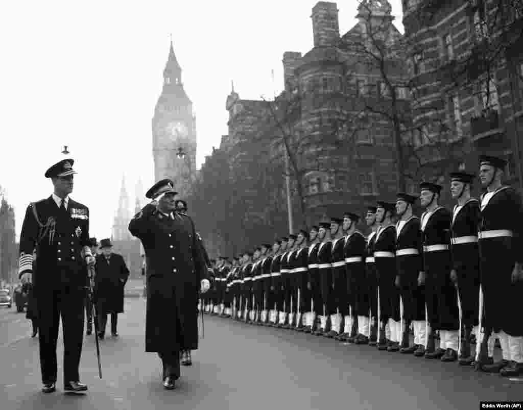Președintele Iugoslaviei, Josif Broz-Tito, îi întoarce salutul gărzii de onoare navale la sosirea sa la Westminster, Londra, pe 16 martie 1953. Tito a fost escortat de prințul Philip, în uniforma de amiral, și de prim-ministrul britanic, Winston Churchill, cel din spate, cu pălărie. (AP Photo / Eddie Worth) (proiect Dianina Djeca Lista Diana Diana)