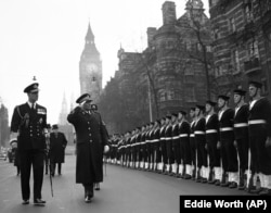 'To je vreme politike ekvidistance, a posle toga politike kompromisa koju Čerčil osmišljava u pokušaju da utvrdi koja strana u tom jugoslovenskom ratnom sukobu najbolje može da zaštiti interese Britanaca na Balkanu.' (Fotografija: Tito u posjeti Čerčilu, London 1953.)