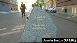 Jedna od ploča u centru Sarajeva sa citatima Alije Izetbegovića