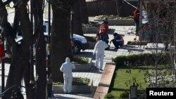 Поліцейські судмедексперти працюють на місці вибуху в центрі Стамбула, 12 січня 2016 року