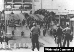 """""""Qanlı bazar"""". Polis yürüşçüləri gözləyir, 1965, 7 mart"""