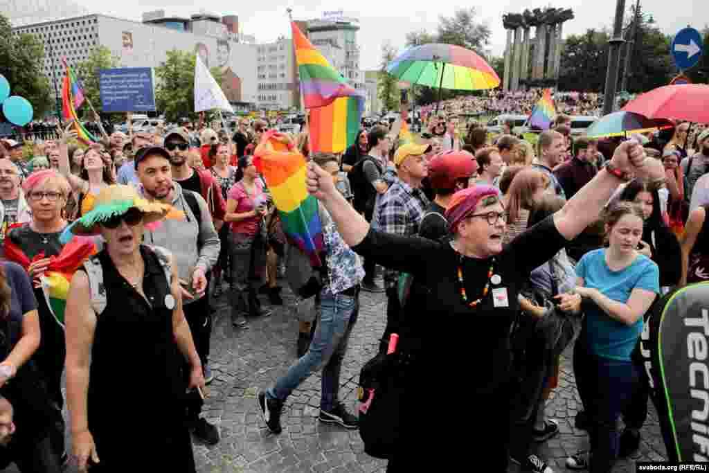 «Так, мне страшна, — сказала Свабодзе 20-гадовая Малгажата Мруз, якая прыехала на гей-парад з Чэнстахова. — Вы чуеце, што крычаць і чым пагражаць нам сёньня на вуліцах Беластоку. Таму я не магу адчуваць сябе ў бясьпецы ў сваёй роднай краіне. Тут, на парадзе бясьпечна, але калі ён скончыцца, нам трэба будзе ісьці дадому, ехаць на чыгуначную станцыю, вяртацца ў свае гарады. Таму я нашу з сабой газавы балёнчык. Але я ведаю, што ў Беларусі з правамі ЛГБТ-супольнасьці яшчэ горш, і я вельмі шкадую пра гэта. Таму што гэта вельмі важная адчуваньне, што ты можаш быць акружаны такімі ж самымі людзьмі, як і сам».