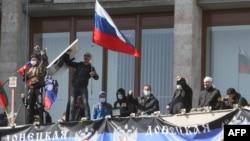 Пророссийские активисты, захватившие администрацию в Донецке