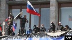 Украина, Донецк. Орусиялык күчтөр ээлеп алган өкмөттүк имарат. 7-апрель, 2014-жыл.